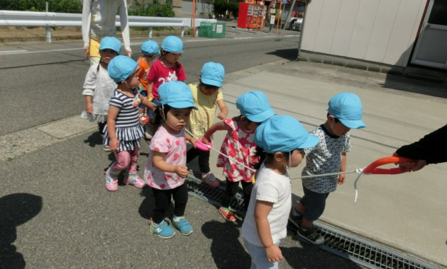 第2園乳児部さんの散歩と避難訓練のようす