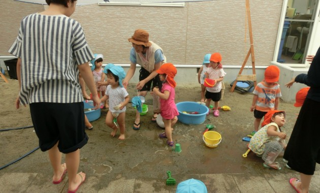 第2園乳児部さんの泥遊びのようす