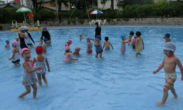第1園・第2園すみれ組・ひよこ組さんであずまプールに行きました