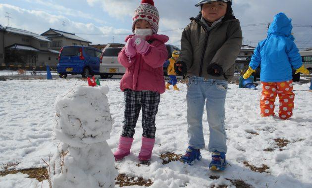 第1園、仮園舎の大庭園の初雪にて