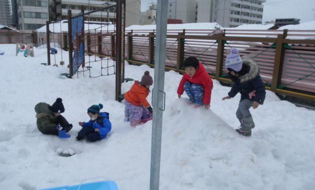 第1園の屋上園庭の雪遊び